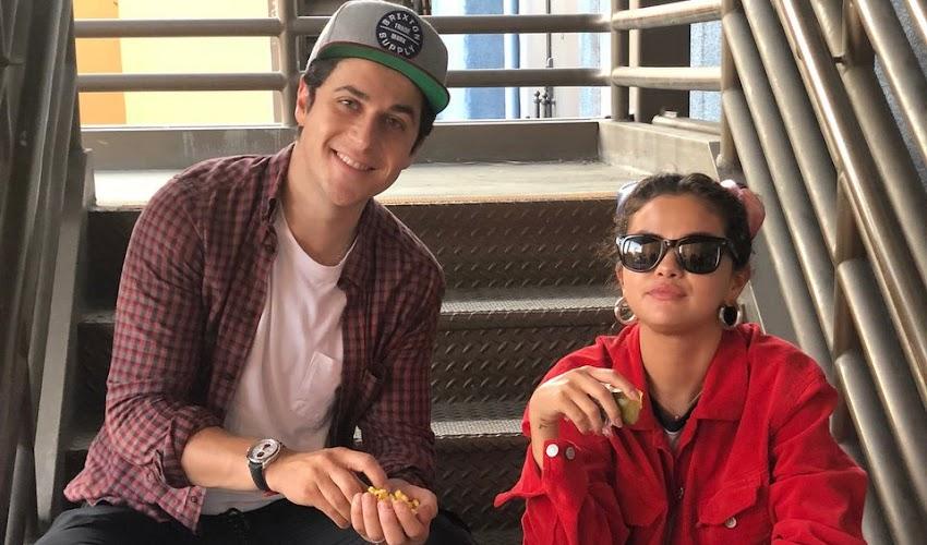 Selena passa feriado com amigos e familiares na Disneyland.