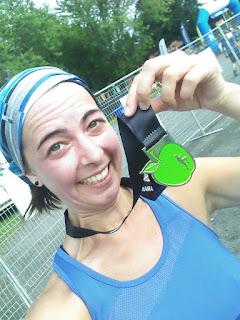 Coureuse fatiguée médaille Demi-marathon des Vergers