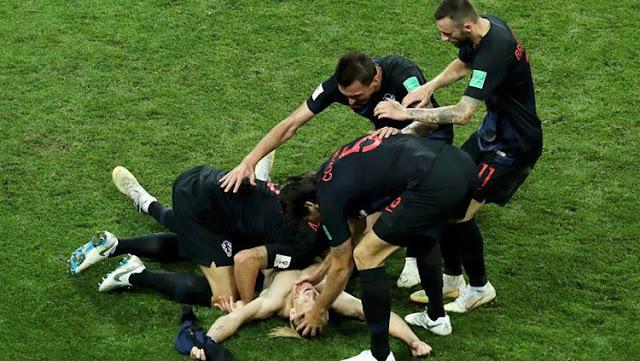 Para pemain Kroasia merayakan kemenangan atas Rusia di Piala Dunia 2018