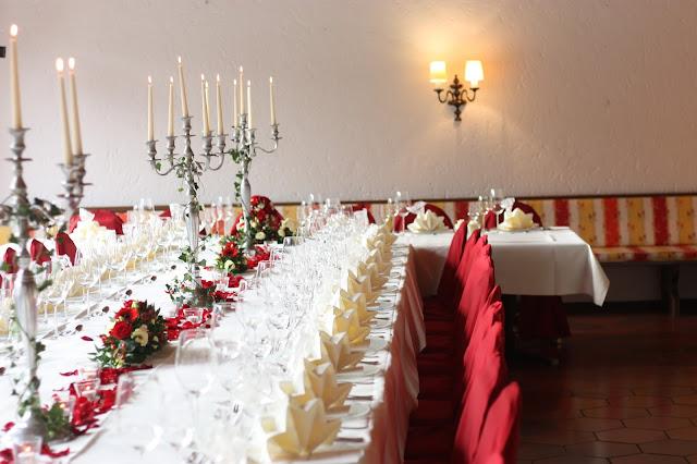 Festtafel zum Hochzeitsdinner, Herbsthochzeit in den Bergen von Garmisch-Partenkirchen, Hochzeitslocation in Bayern, Riessersee Hotel - Bordeaux, rote Rosen, herbstlich