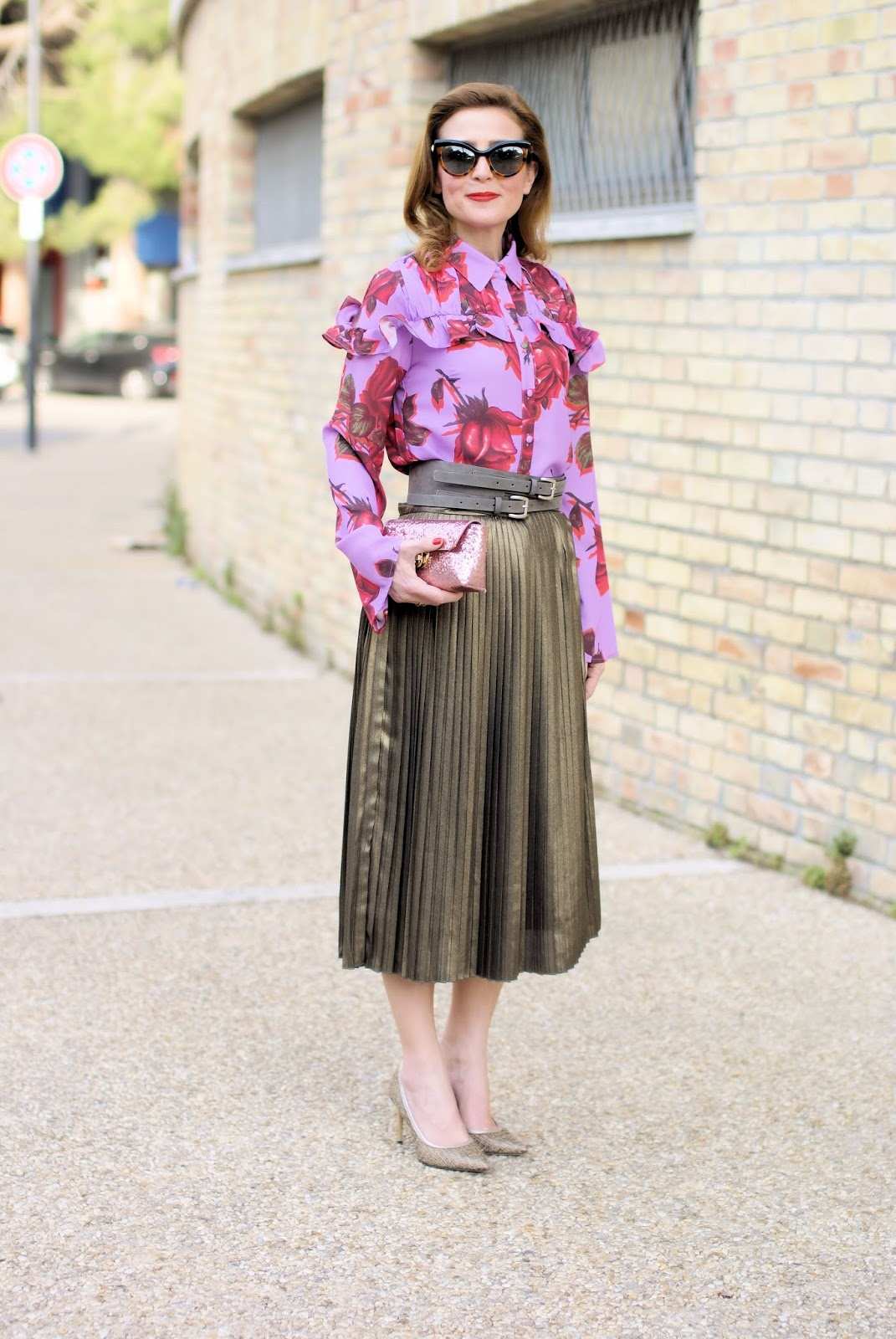 Golden pleated skirt: Spring daytime outfit on Fashion and Cookies fashion blog, fashion blogger style