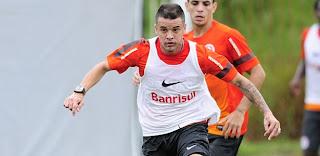 dalessandro carrega a bola em treino tatico do internacional 11042013