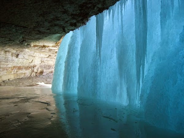 A frozen waterfall. - The 30 Most Amazing Photos Of Frozen Things In Honor Of The Coldest Morning Of The 21st Century