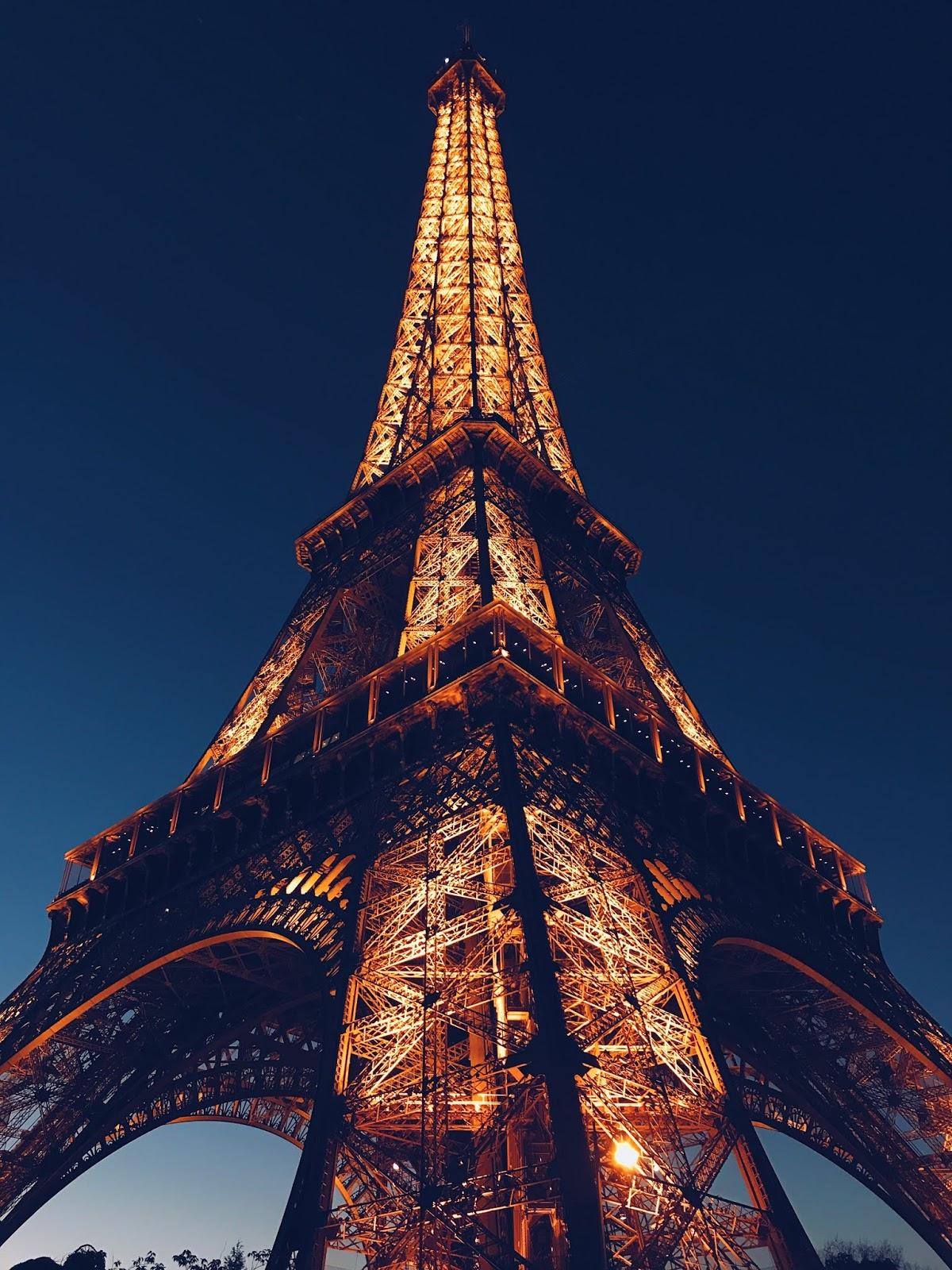 Düşük Işıkta Eyfel Kulesi