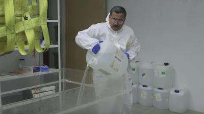 El médico mexicano Alejandro Hernández Cárdenas, aplicando su método de rehidratación de cadáveres.
