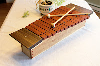 Ahşap bir ksilofon ve üzerindeki tokmakları veya bagetleri