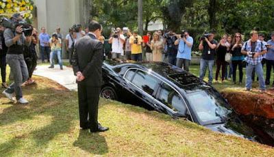 Scarp didepan Bentley yang dikuburnya.
