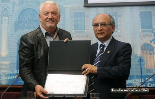 Congresista Julio Rosas entrega diploma a Paul Wilbur