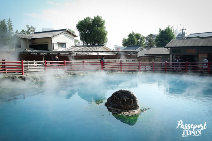 Rocher orné d'un shimenawa au milieu d'un lac bleu turquoise, Kamado Jigoku, Beppu, Oita