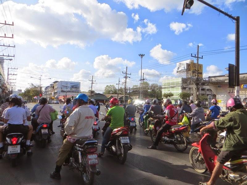 Скутеры у светофора Таиланд