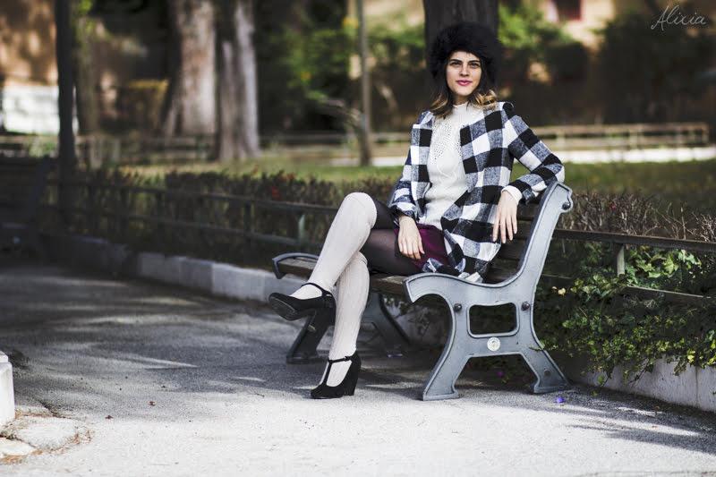 Come indossare cappotto a scacchi e colbacco nero || Idee per outfit autunnale