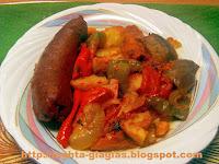 Λουκάνικα με λαχανικά στη γάστρα - by https://syntages-faghtwn.blogspot.gr