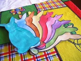 Ghirlanda con coniglietti di carta