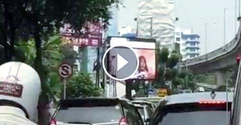 Astaghfirullah, Videotron Di Jakarta Selatan Ini Tayangkan Adegan Tak Senonoh di Seberang Masjid