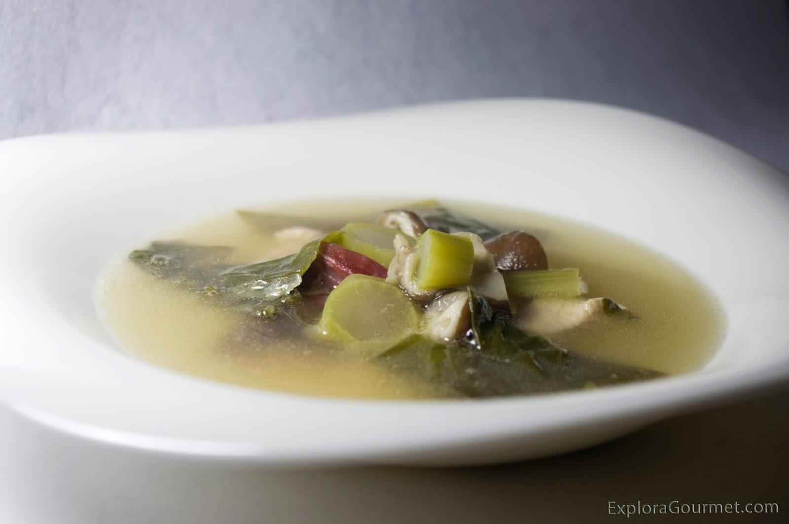 Sopa con setas shitake, pollo y verduras