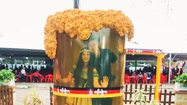 Casal dentro do caneco de chopp