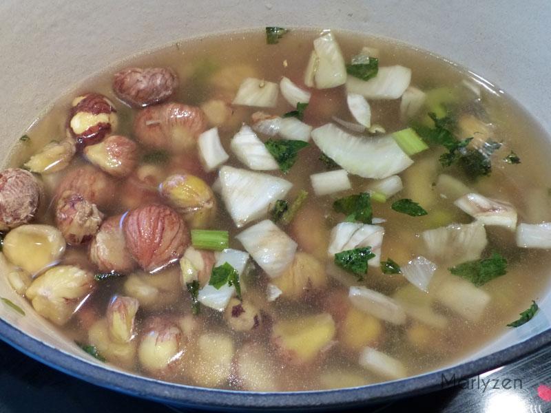 Ajoutez les châtaignes et recouvrez de bouillon.