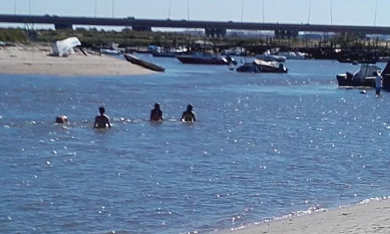 Banhos na Praia Fluvial Samouco