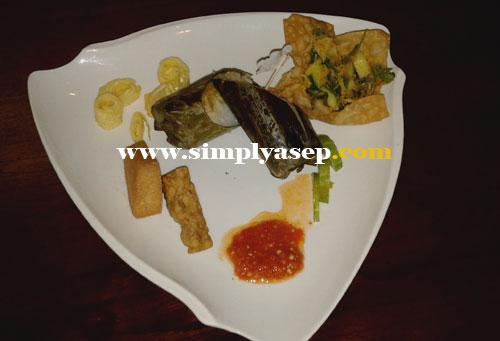 NASI BAKAR : Ini adalah Nasi Bakar ala RedZone Sandwich yang sangat Indonesia banged. Ada tempe tahu loh.  Foto Asep Haryono