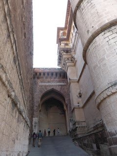 Último giro defensivo en curva en la fortaleza de Jodhpur para evitar el ataque de elefantes