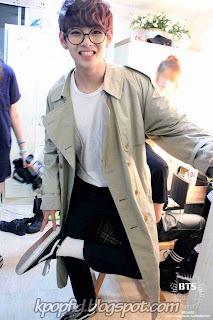 Foto Lucu V BTS (Kim Taehyung) Bangtan Boys Pakai Kacamata