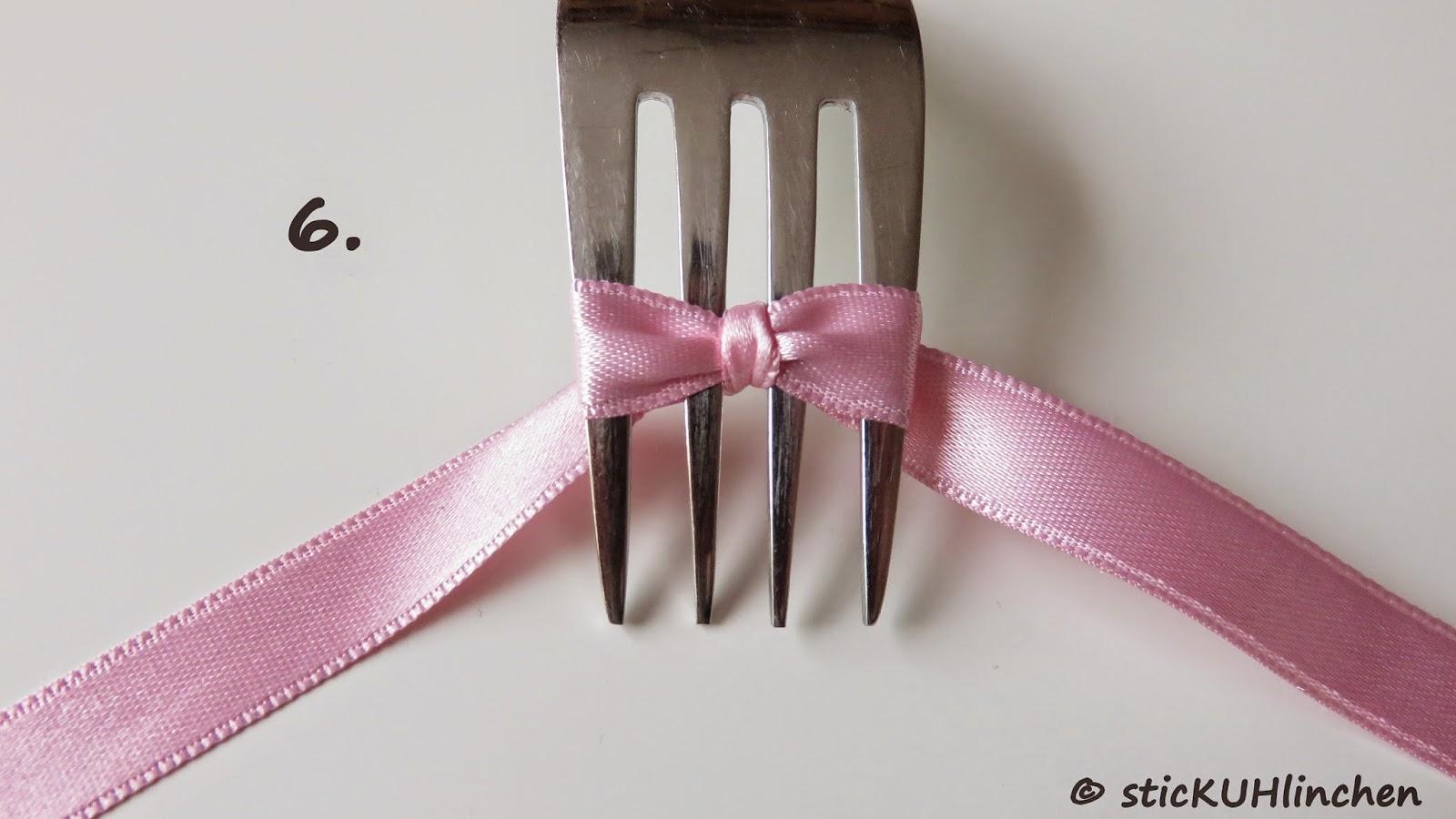 Stickuhlinchen diy schleife mit der gabel binden und mit for Schleife binden geschenk