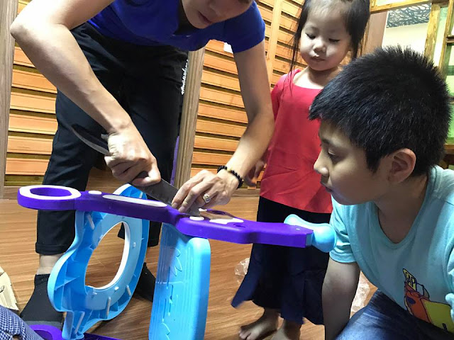 Cách nắp đặt nắp bồn cầu có thang, tay vịn cho bé vô cùng dễ dàng đơn giản