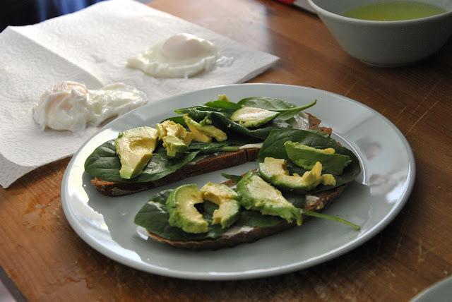 Brotscheiben mit frischen Spinat und Avocado