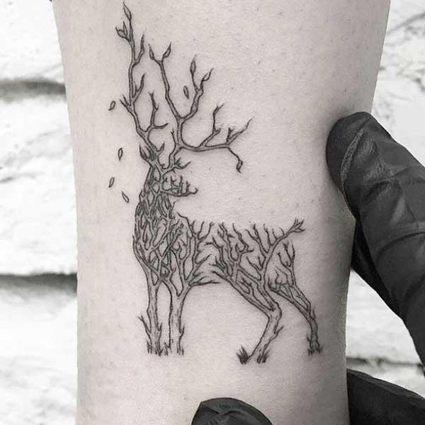 ağaç dalı geyik dövmesi