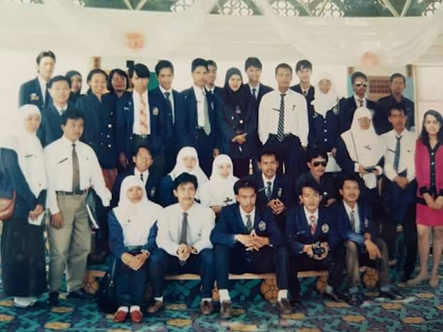 SUKSES : Para perwakilan senat FKIP UNTAN berpose bersama Senat Mahasiswa ITMS Sarawak di Gedung DBKU Kuching Malaysia tahun 1994 yang lalu.  Saya mana hayooo.  Yang mana?. Foto IST