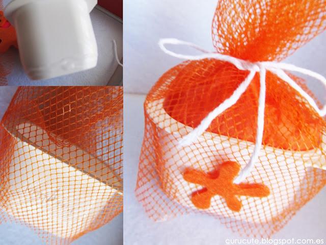 Reciclar envase de yogur con malla de fruta:  fijando la malla