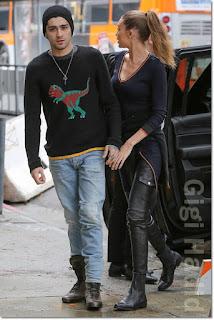 ジジ・ハディッド(Gigi Hadid)は、エヌ12エイチ(N12h)のニットワンピース、フレーム(Frame)のスキニーパンツ、フレダサルヴァドール(Freda Salvador)のブーツを着用。