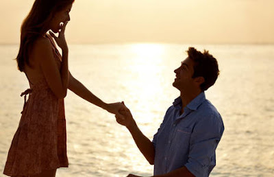 10 مفاجآت سعيدة يمكن أن تفعلها  لحبيبتك ولشريكة حياتك رجل يتقدم يطلب يد امرأة حبيبته man propose to woman girl