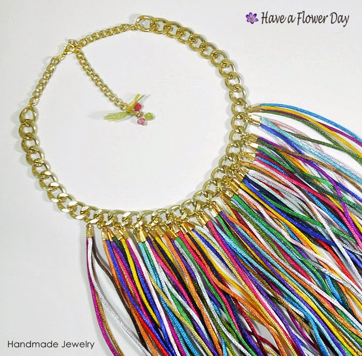 BOHO CHIC. Collar multicolor con flecos · Multicolor fringed necklace