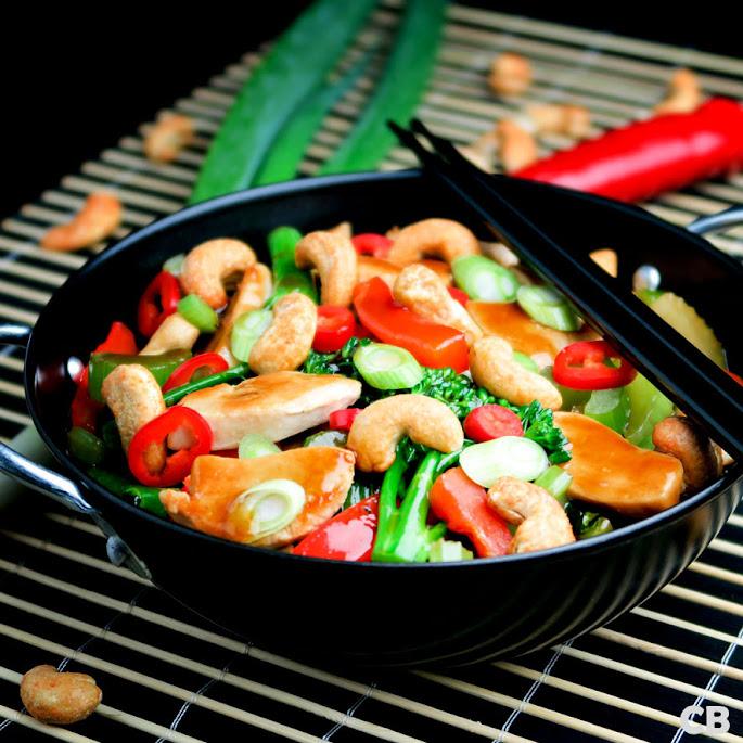 Roerbakschotel met kip, groenten, cashewnoten en ketjapsaus