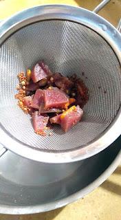 5 - Filtrer les aromates du vinaigre.