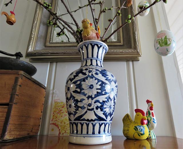 Vase med kvister og påskepynt