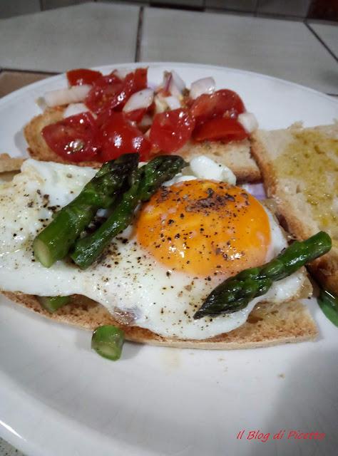 BrusBruschette con cipolle fresche di Tropea, asparagi e uova all'occhio di bue