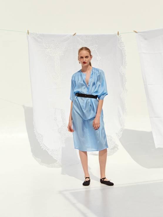dee6b15f92b33 Pośród rozwieszonego białego prania modelki prezentują sukienki delikatne,  niektóre półprzezroczyste, kimona z nieodzownym wiązaniem w talii,  spodnie7/8, ...