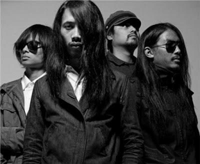 "Biografi The S.I.G.I.T  The S.I.G.I.T dibentuk pada tahun 1997 semasa para personelnya masih duduk di bangku SMA. Nama THE SIGIT sendiri baru dipakai pada tahun 2002. Tahun 2004 mereka membuat demo EP berisi 6 lagu. Sebelumnya pada awal karier, mereka kerap manggung di acara-acara kampus. The S.I.G.I.T adalah singkatan dari ""The Super Insurgent Group of Intemperance Talent"". The SIGIT merupakan potret band indie yang melek teknologi dengan memanfaatkan situs jejaring sosial untuk mengenalkan lagu-lagu mereka. Lewat dunia maya pula mereka akhirnya dikenal oleh salah satu pemilik label di Australia yang kemudian menawari band ini untuk membuat album THE SIGIT versi Australia.  Setelah 'menguasai' Australia, kini The Super Insurgent Group of Intemperance Talent (The S.I.G.I.T.) bakal menjelajahi Amerika Serikat. Menurut rencana, band garage rock asal Bandung ini akan tampil dalam South by South West (SXSW) Festival yang merupakan ajang tahunan unjuk kebolehan band-band independen di Austin, Texas pada tanggal 19 Maret 2009 mendatang.  Nama The S.I.G.I.T sudah tercantum sebagai salah satu dari 1163 band yang akan tampil dalam festival yang berlangsung di Submerged tersebut. Selain mereka, ada pula band asal Indonesia lainnya, yaitu White Shoes and The Couples Company yang pada"