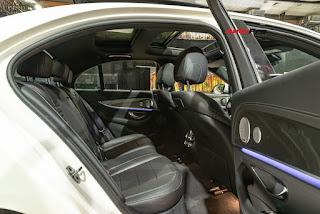 Trang bị nội thất của Mercedes E350 AMG cũng tương tự Mercedes E300 AMG. Khó có thể nhận ra điểm khác biệt nào, ngoại trừ chiếc vô-lăng thiết kế mới kiểu S-Class