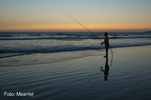 Foto de uma praia ao amanhecer