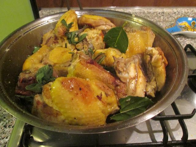 frigideira assando frango no fogão