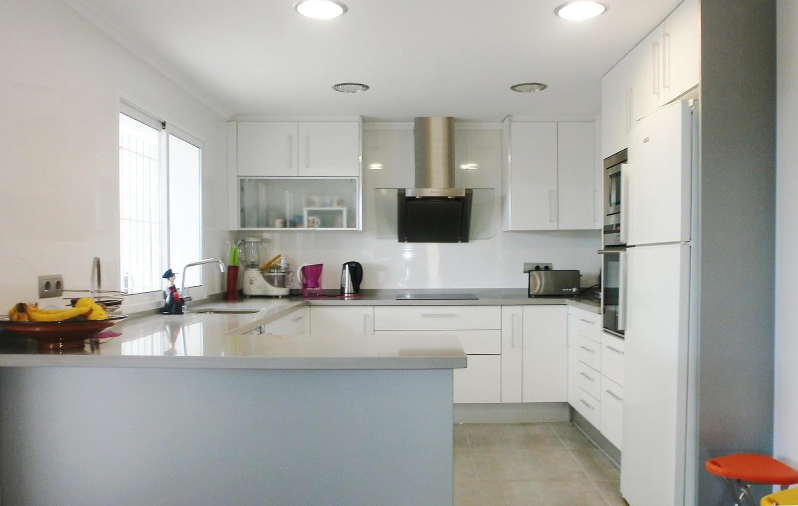 La reforma de la cocina un proyecto que debe ser personal for Cocinas modernas blancas con peninsula