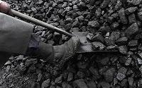 Bir kömürcü küreğiyle kömür alırken