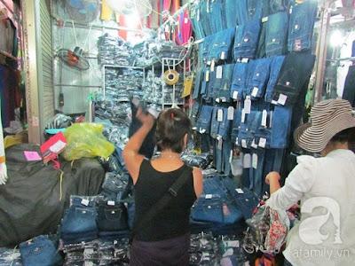 Một cửa hàng bán buôn đồ jeans trong chợ Nành