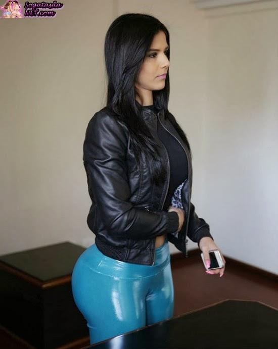 Eva Andressa de calça plastica azul