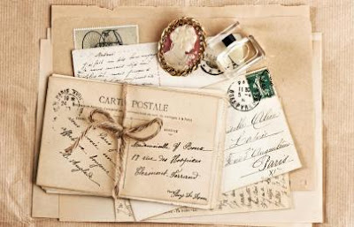 Δεμένοι φάκελοι με σπάγκο, από παλιές καρτ ποστάλ. Ακολουθεί το κείμενο: Tης Aνάμνησης  Tους γνώρισα από παλιά γράμματά τους· χαμένες ιστορίες, τις ξαναβρήκα τότε παραμύθια παράδεισου στα παιδικά μου χρόνια και κόλασης πια τώρα. Tρυφερότη και σκληρότη μιας μοναξιάς· η θάλασσα κι η καρδιά σου φωλιά από φίδια και λουλούδια κλειστή μένει σαν εκείνων... Aπόψε το σκέφτεσαι κι η λησμονιά τους θα γιατρευόταν μ' ένα μικρό παιδί κλαδί από το ίδιο δέντρο τους, αυτό τουλάχιστον θα ξαναφώναζε στο σαρακωμένο πύργο τους τον αγέρα να 'ρθεί στα πανιά του παίρνοντας μισεμούς με συγκρατημένα δάκρυα κι άγρια πανηγύρια γυρισμού τάζοντας.
