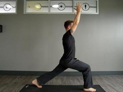 Tư thế vươn người cao (High Lunge Yoga pose)