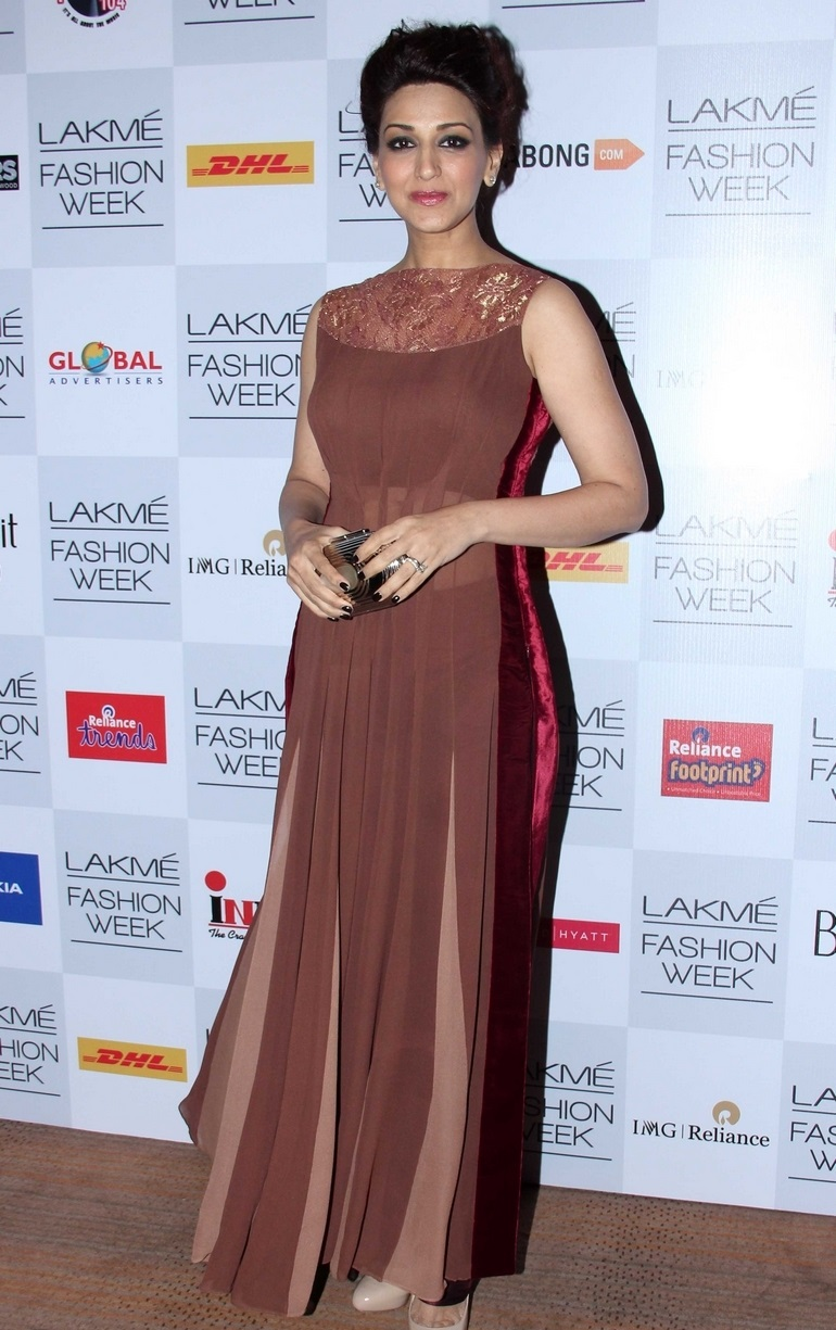Indian Glamours Girl Sonali Bendre Stills In Maroon Dress At Lakme Fashion Week